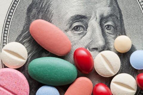 Illustrasjonsbilde med penger og legemidler